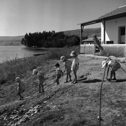 לדים בטיול בוקר לחוף הכנרת, גינוסר, 1950, באדיבות ארכיון קקל (Custom)