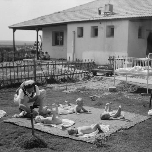 אמבטיית שמש בחצר בית התינוקות, גת, 1946, אוסף מטסון שירותי צילום באדיבות ספריית הקונגרס של ארהב