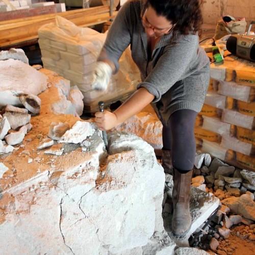 שרון גלזברג במפעל איטונג צלם אנונימי
