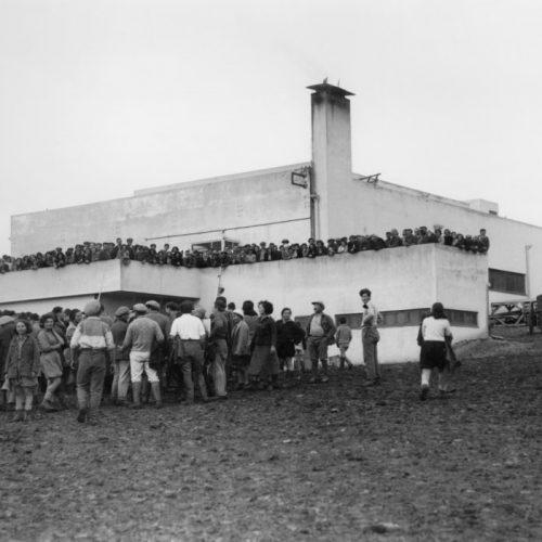 כיתת הנגרות והמלאכה של שלמה פיינברג בבית הספר המקומי, גשר, 1968, צלם משה מילנר, באדיבות לשכת העיתונות הממשלתית