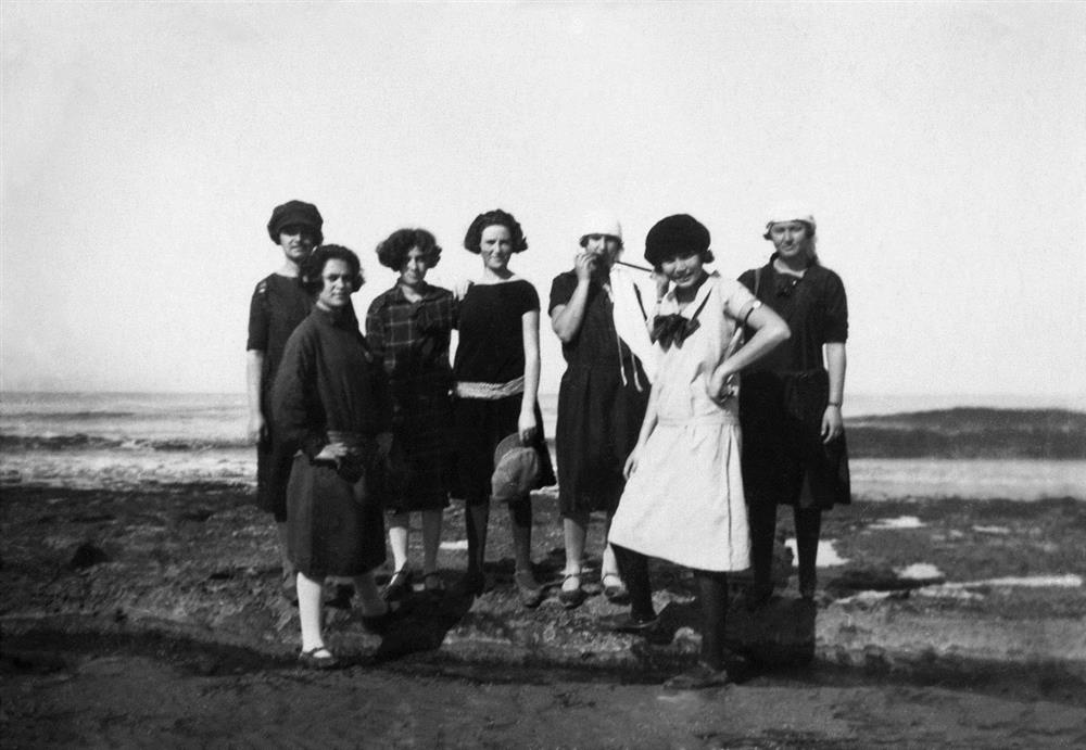 -החוגים-אפרתיה-רביעית-משמאל-ויונה-בן-יעקב-שנייה-מימין-בבית-הספר-החקלאי-מקווה-ישראל-1926